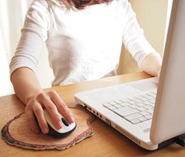 ネットで古銭を売買する女性